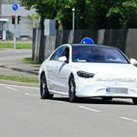 全新奔驰S级的谍照其头灯造型与新款奔驰E级非常相似